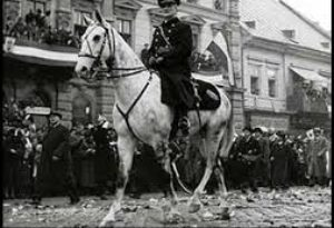 horthyfehér lovon